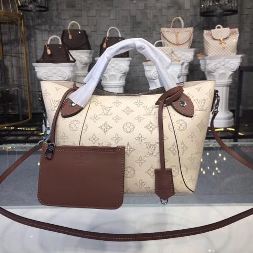 7dca90d7341a8 Louis Vuitton Mahina Leather Hina PM Creme M51950. Loading zoom